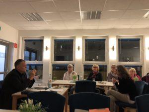 Prof.Dr. Peter Wick diskutiert mit Ehrenamtlichen